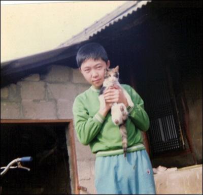 할머니와 함께 시골집에서 살던 시절, 고양이는 나의 가장 가까운 친구였다.