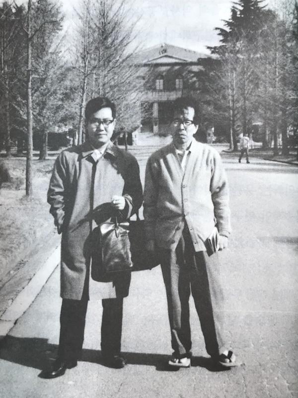 텐리대 도서관 앞에서 찍은 사진이다. 오른쪽이 야마베 겐타로다. 야마베에게 큰 영향을 받은 나카츠카 아키라는, 교토대학 사학과를 졸업하고 나라여자대학교 교수를 지냈다. 나카츠라 교수는 근대 한일관계사를 연구한 지한파(知韓派)다. 일본 식민지배 책임을 철저히 추궁한 그는, 일본 양심을 대표하는 학자다.