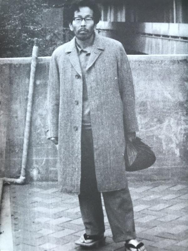 감색 보자기를 들고, 게다(나막신)을 신은 모습이다. 야마베가 터줏대감처럼 머문 국립국회도서관 앞에서 촬영한 사진이다. 옷차림과 집안 정돈에 전혀 신경 쓰지 않았지만, 치밀한 고증을 거친 그의 글은 늘 정갈했다.