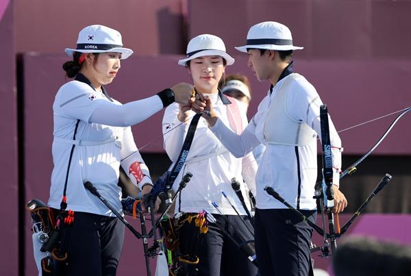 여자 양궁대표팀 선수들이 25일 일본 유메노시마 공원 양궁장에서 열린 도쿄올림픽 여자 양궁 단체전 경기에 앞서 주먹을 부딪히고 있다.