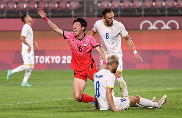 [올림픽] 황의조 '자책골 나왔어' 25일 오후 이바라키 가시마 스타디움에서 열린 도쿄올림픽 남자축구 조별리그 B조 2차전 대한민국 대 루마니아 경기. 한국 황의조가 루마니아 마린의 자책골에 기뻐하고 있다
