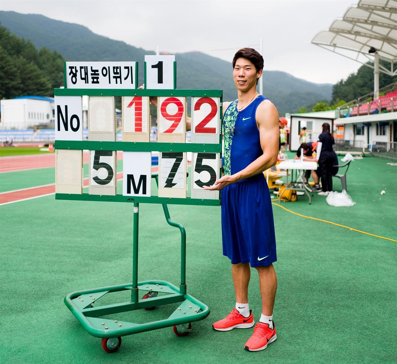2019년 8월 장대높이뛰기에서 5m 75cm를 뛰어오르며 당시로서는 한국 신기록을 달성했던 진민섭 선수의 모습.