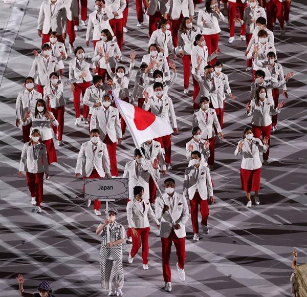 지난 23일 일본 도쿄 신주쿠 국립경기장에서 열린 2020 도쿄올림픽 개막식에서 일본 대표단이 입장하고 있는 모습. 맨 앞 일본 국기를 들고 있는 이가 미국 NBA 리그 워싱턴 위저드에서 포워드로 활약 중인 하치무라 루이 선수.