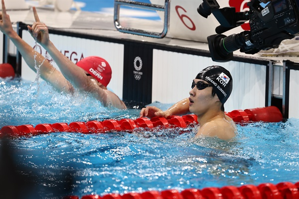 [올림픽] 기록 확인하는 황선우 27일 일본 도쿄 아쿠아틱스센터에서 열린 도쿄 올림픽 수영 남자 자유형 200m 결승전에서 황선우가 레이스를 펼친 뒤 기록을 확인하고 있다.