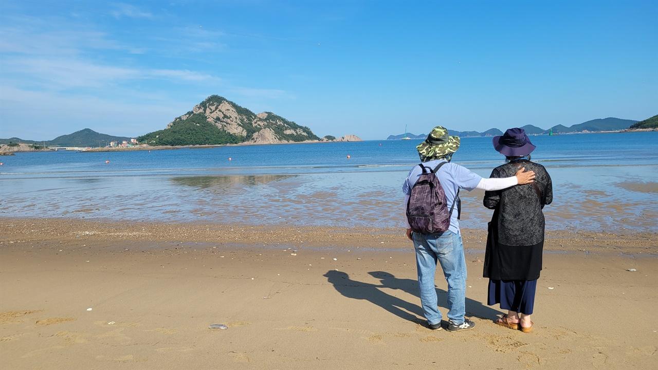 선유도의 금빛 모래위에 서서 부부는 말이 없이 섬과 바다를 보며 복잡한 일상을 힐링했다