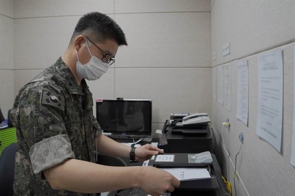 남북 간 통신연락선이 복원된 7월 27일 오후 군 관계자가 서해지구 군 통신선을 활용해 시험통화를 하고 있다.