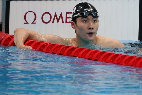 [올림픽] 황선우, 자유형 100m 아시아신기록 28일 일본 아쿠아틱스 센터에서 열린 도쿄올림픽 남자 100m 자유형 준결승. 3번 레인의 황선우가 터치패드를 찍은 뒤 기록을 확인하고 있다. 황선우는 아시아신기록을 세우고 한국 선수로는 처음으로 이 종목 올림픽 결승에 올랐다.