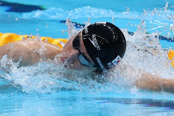 8일 일본 아쿠아틱스 센터에서 열린 도쿄올림픽 남자 100m 자유형 준결승. 3번 레인의 황선우가 물살을 가르고 있다.