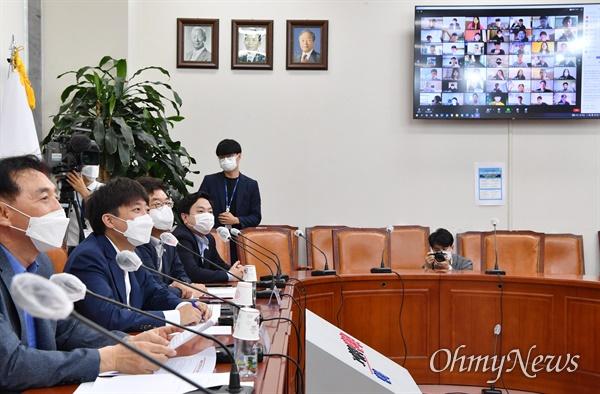 이준석 국민의힘 대표가 28일 오전 서울 여의도 국회에서 열린 이준석과 유학생이 함께하는 '이유'있는 이야기 간담회에서 유학생들과 화상으로 이야기를 나누고 있다.