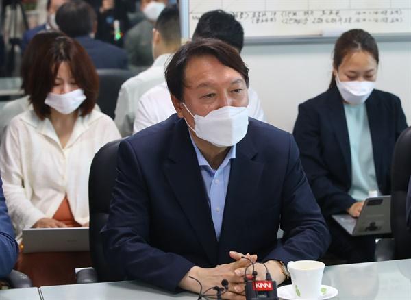 윤석열 대선 예비후보(전 검찰총장)이 지난 27일 오후 부산 중구 자갈치시장을 방문해 상인들과 간담회를 하고 있는 모습.