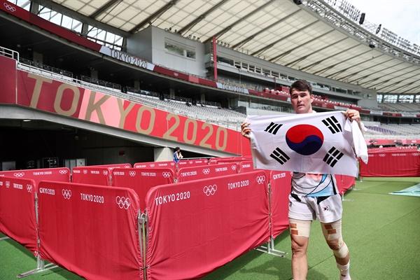 [올림픽] 경기장 나서는 안드레 진 28일 일본 도쿄스타디움에서 열린 도쿄올림픽 7인제 럭비 대한민국 대 일본 11-12위 결정전. 경기를 마친 후 안드레 진이 태극기를 펼친 채 경기장을 나서고 있다.