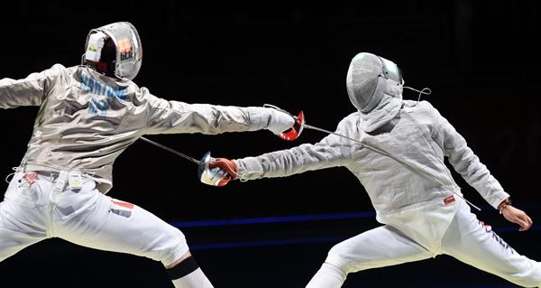 [올림픽] '누가 먼저?' 28일 일본 지바 마쿠하리 메세에서 열린 도쿄올림픽 펜싱 남자 사브르 단체전 대한민국 대 독일 4강전 경기. 김정환(오른쪽)이 막스 하르퉁을 상대로 공격을 시도하고 있다.