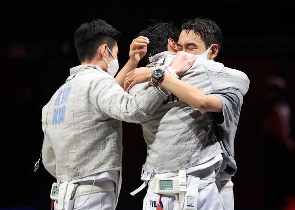 [올림픽] 펜싱 사브르, 단체전 은메달 확보 28일 일본 지바 마쿠하리 메세에서 열린 도쿄올림픽 펜싱 남자 사브르 단체전 대한민국 대 독일 4강전 경기. 독일에 45-42로 승리한 한국 선수들이 환호하고 있다.