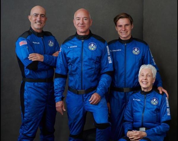 세계 최고 부자이자 아마존 창업자인 제프 베이조스(57)가 한국시간으로 20일 밤 우주 비행에 나선다. 베이조스는 조종사 없는 자동제어 재활용 로켓 '뉴 셰퍼드'에 탑승하며 100㎞ 이상 비행을 목표로 하고 있다. 사진은 우주 비행에 나서는 제프 베이조스(왼쪽 두번째)와 동생 마크 베이조스(왼쪽 첫번째), 동승자 올리버 데이먼(오른쪽 두번째)과 월리 펑크(오른쪽 첫번째). 2021.7.20