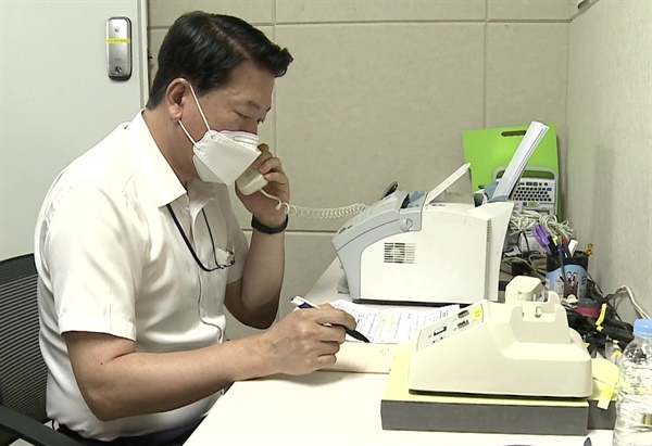 남북 간 통신연락선이 복원된 27일 오전 통일부 연락대표가 서울 남북공동연락사무소에 설치된 남북 직통전화로 북측과 통화하고 있다.