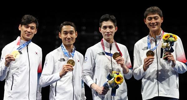 구본길, 김정환, 김준호, 오상욱이 28일 일본 지바의 마쿠하리 메세에서 열린 도쿄올림픽 남자 펜싱 사브르 단체전 시상식에서 금메달을 목에 걸고 기뻐하고 있다.
