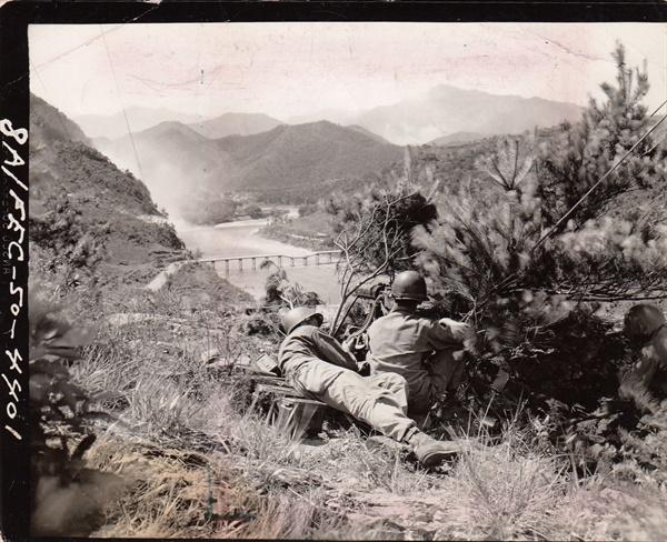 6.25 전쟁이 일어난 1950년 7월 20일 미8군 소속의 소레이스(Sorace) 일병이 남한 땅 어딘가에서 찍은 사진. 사진 속 장소는?
