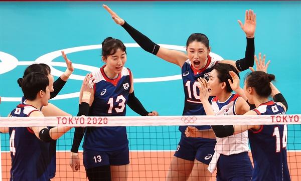 [올림픽] 기뻐하는 여자 배구대표팀 김연경(10), 박정아(13), 정지윤(14) 등이 27일 아리아케 아레나에서 열린 도쿄올림픽 여자배구 예선전 한국-케냐 경기에서 득점한 뒤 기뻐하고 있다.