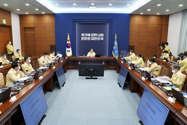 문재인 대통령이 29일 청와대에서 열린 민생경제장관회의에서 발언하고 있다.