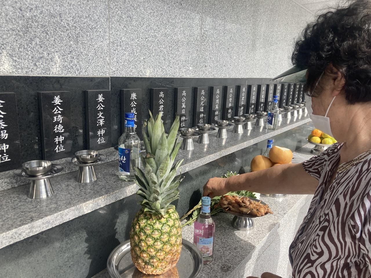 헌화하는 삼면원혼 유족 공식 위령제가 끝난 후 유족이 희생자의 위패 앞에 헌화하고 있다.