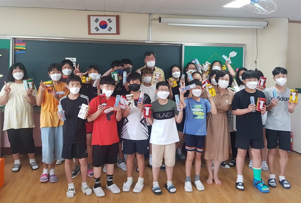 학생들의 편지를 받은 순창군보건의료원 관계자들이 학교를 찾아 학생들에게 고마움을 전했다.