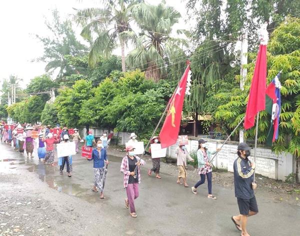 까레이 시민들 행진