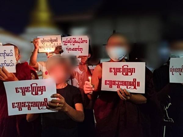 28일 밤 만달레이 아웅메이잔 학교의 승려와 학생들의 피켓 시위