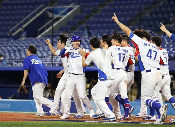 [올림픽] '신난다' 29일 일본 요코하마 스타디움에서 열린 도쿄올림픽 야구 B조 조별리그 1차전 한국과 이스라엘의 경기. 연장 10회말 승부치기 2사 만루 상황 양의지가 몸에 맞는 공으로 득점하며 승리를 거두자 한국 선수들이 환호하고 있다.
