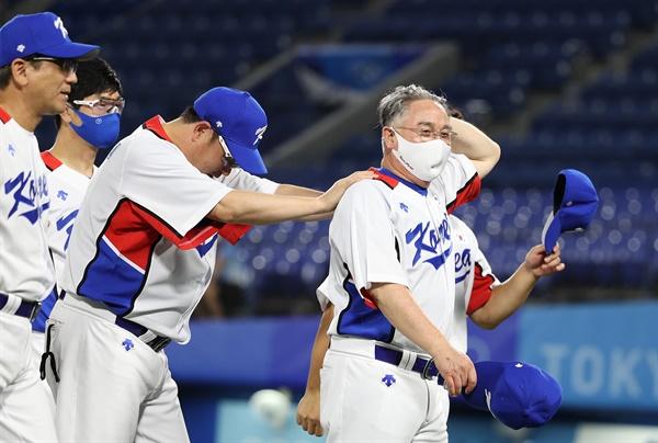 [올림픽] 힘겹게 이긴 첫 경기 29일 일본 요코하마 스타디움에서 열린 도쿄올림픽 야구 B조 조별리그 1차전 한국과 이스라엘의 경기 10회말에 6-5로 힘겹게 승리한 김경문 감독이 선수들을 격려하고 있다.