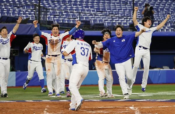 [올림픽] 힘들었지만, 이겼다! 29일 일본 요코하마 스타디움에서 열린 도쿄올림픽 야구 B조 조별리그 1차전 한국과 이스라엘의 경기. 10회말에 6-5로 승리한 김현수, 오지환 등 한국 선수들이 환호하고 있다.