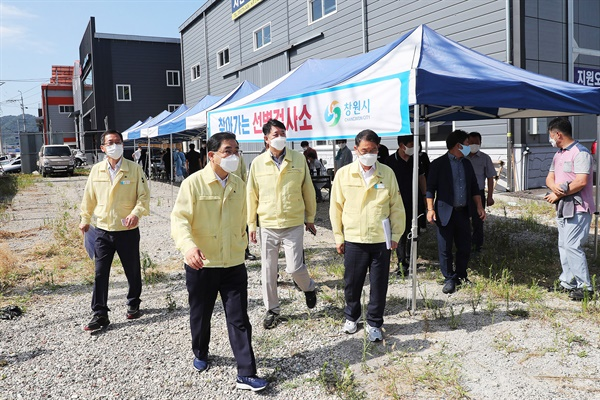 허성무 창원시장은 30일 '찾아가는 선별검사소'를 찾아 점검했다.