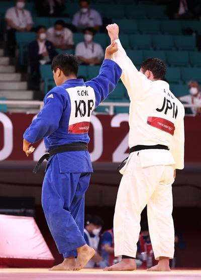 [올림픽] 아름다운 패배 29일 일본 도쿄 무도관에서 열린 도쿄올림픽 유도 남자 -100 kg급 결승 경기에서 한국 조구함이 일본 에런 울프를 상대로 패한 뒤 울프의 손을 들어주고 있다.