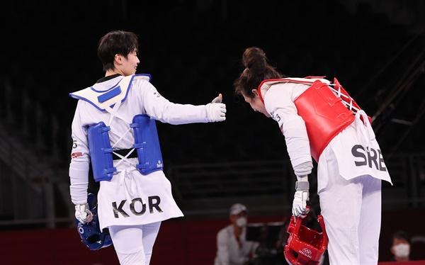 [올림픽] 이것이 태권도 정신 27일 일본 마쿠하리 메세홀에서 열린 도쿄올림픽 여자 태권도 67㎏ 초과급 결승 한국 이다빈-세르비아 만디치. 이다빈이 패한 후 인사하는 승자에게 엄지손가락을 들어보이고 있다.