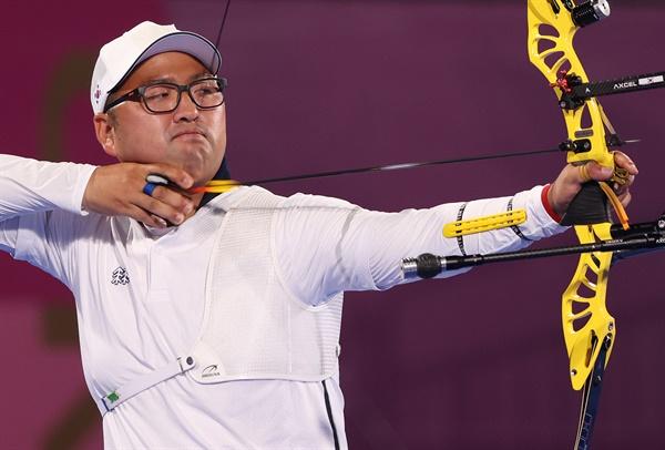 [올림픽] 조준하는 김우진 올림픽 양궁대표팀 김우진이 28일 일본 도쿄 유메노시마공원 양궁장에서 열린 도쿄올림픽 남자 개인전 64강에서 헝가리의 머처시 러슬로 벌로그흐를 상대로 경기를 하고 있다. 김우진은 6-0(27-26 27-25 29-25)으로 이겨 32강에 진출했다.