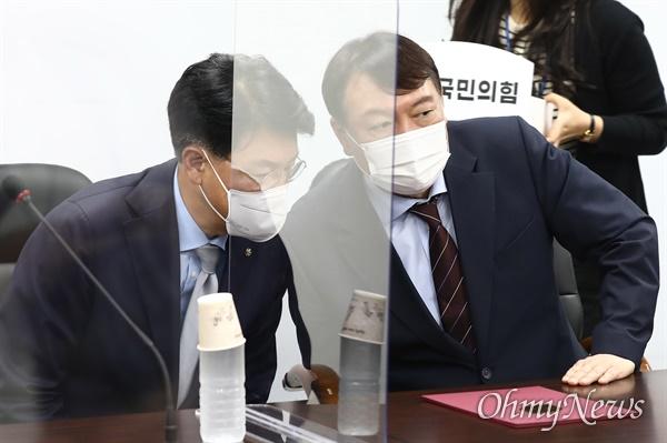 윤석열 대선 예비후보가 30일 오후 서울 여의도 국민의힘 당사를 방문, 장제원 의원과 대화하고 있다.