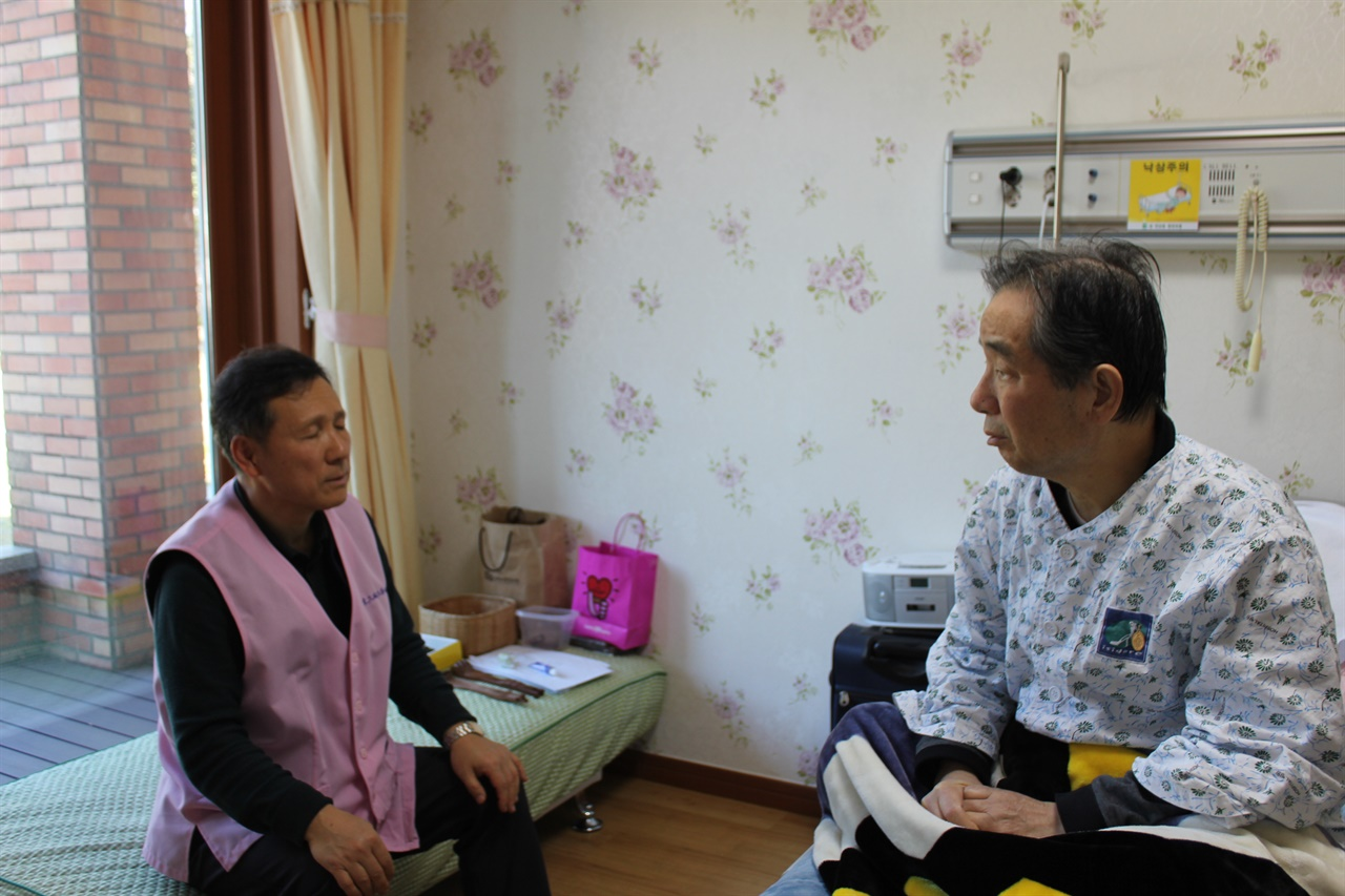 호스피스 봉사의 가장 중요한 분야가 환자와 신뢰를 바탕으로 나누는 대화다.