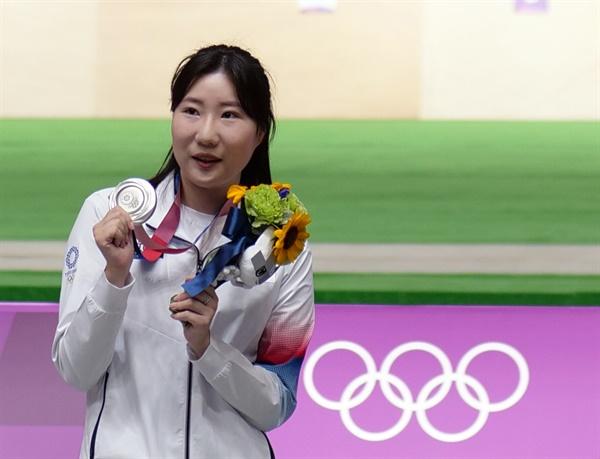 [올림픽] 깜짝 '은메달' 보여주는 김민정 김민정이 30일 일본 도쿄 아사카 사격장에서 열린 도쿄올림픽 사격 여자 25m 권총 시상식에서 은메달을 보여주며 기뻐하고 있다