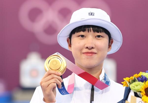 양궁 3관왕을 차지한 안산이 30일 일본 유메노시마 공원 양궁장에서 열린 도쿄올림픽 양궁 여자 개인전 시상식을 마친 뒤 금메달을 들어 보이고 있다.