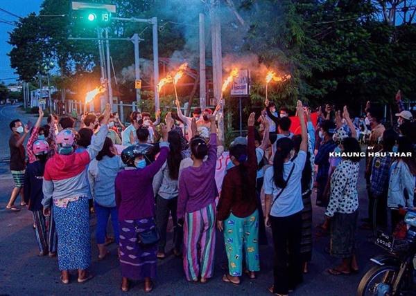 30일 아침, 만달레이 시민들