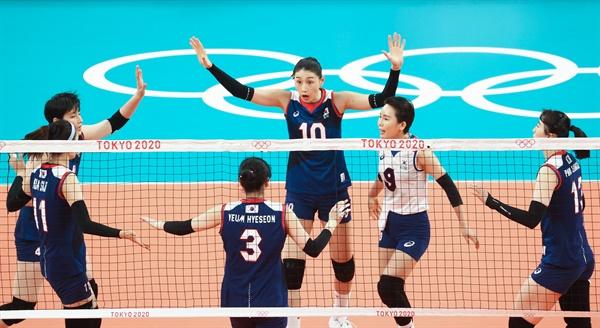 김연경(10), 오지영(9) 등이 27일 아리아케 아레나에서 열린 도쿄올림픽 여자배구 예선전 한국-케냐 경기에서 득점한 뒤 기뻐하고 있다.