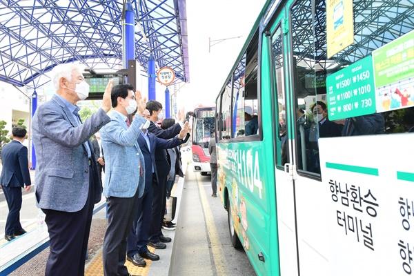 서철모 화성시장이 지난 1일 무상교통 확대 시행을 알리기 위해 향남 환승버스터미널에서 열린 기념식에 참석했다.