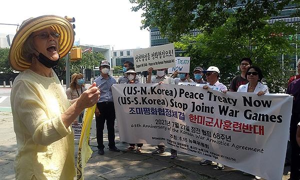 주미 한인들과 미국 활동가들이 정전협정일인 지난 27일 뉴욕 유엔본부앞에 모여 전쟁협정을 끝내고 평화협정을 체결할 것을 요구하는 행사를 열고 있다.