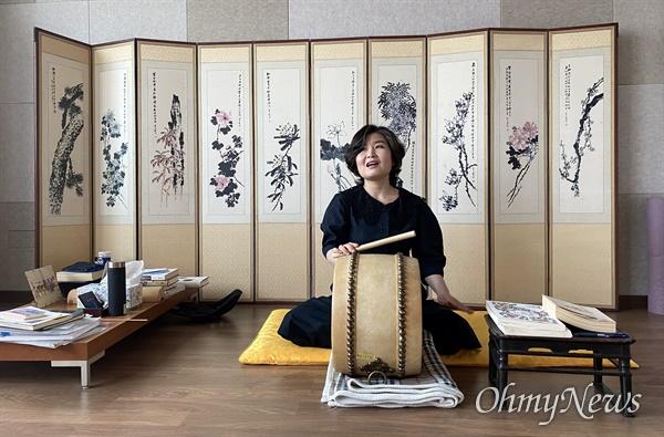 (사)우리소리에서 소리 연습을 하고 있는 김경아 명창.