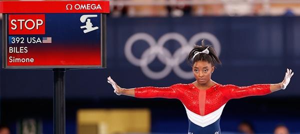 일본 도쿄에서 열린 2020 도쿄 올림픽 예술체조 여자 단체 결승전에서 미국의 시몬 바일스가 도마 앞에 서있다. 2021.7. 27