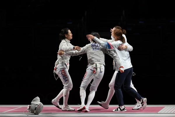 한국 여자 펜싱 샤브르 대표팀(김지연, 윤지수, 최수연, 서지연)이 31일 일본 마쿠하리메세홀에서 열린 도쿄올림픽 펜싱 여자 샤브르 단체 동메달 결정전 이탈리와 경기에서 승리한 뒤 기뻐하고 있다. 올림픽 여자 사브르 단체 종목에서 한국 대표팀이 메달을 딴 것은 이번이 처음이다. 2021.7.31