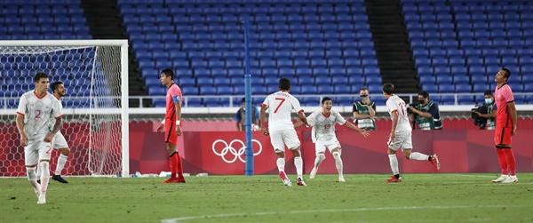 31일 요코하마 국제경기장에서 열린 도쿄올림픽 남자축구 8강전 대한민국과 멕시코의 경기. 후반전 멕시코의 코르도바가 골을 넣은 뒤 동료 선수들과 기뻐하고 있다. 2021.7.31
