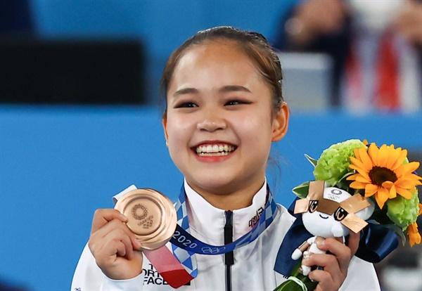 1일 오후 일본 아리아케 체조경기장에서 열린 도쿄올림픽 기계체조 여자 도마 시상식에서 한국 여서정이 동메달을 목에 걸고 기뻐하고 있다. 2021.8.1