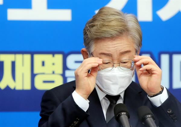 더불어민주당 대권 주자인 이재명 경기지사가 1일 전북도의회에서 열린 기자간담회에서 안경을 고쳐 쓰고 있다