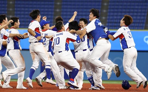 1일 일본 요코하마 스타디움에서 열린 도쿄올림픽 야구 한국과 도미니카공화국의 녹아웃 스테이지 경기. 9회말 2사 3루 김현수가 끝내기 안타를 친 뒤 동료들과 기뻐하고 있다.