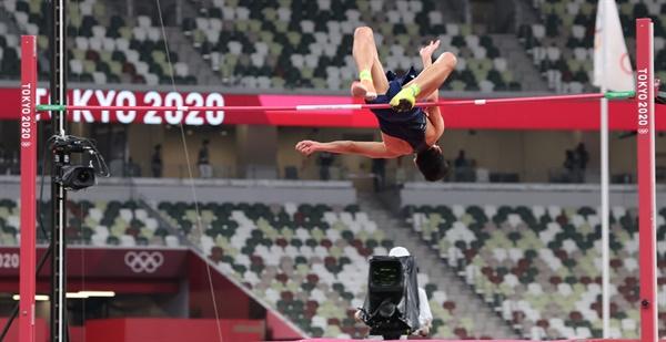 도쿄올림픽 남자 높이뛰기 우상혁이 1일 도쿄 올림픽스타디움에서 열린 결선에서 한국신기록 2.35미터를 성공하고 있다.